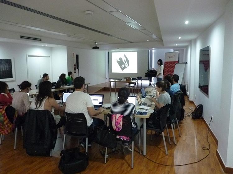 Momento en el que Raquel Marín, Lalolagráfica, imparte un taller sobre ortotipografía